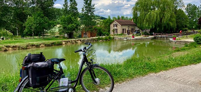En Bourgogne on voyage au rythme des écluses et des voies vertes. C'est une destination vélo idéale pour toute la famille !