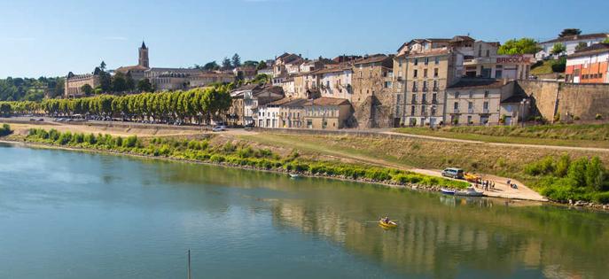 Les bords de Garonne à vélo, un itinéraire idéale pour le voyage à vélo en famille. Activités nautiques pour tous en prime.