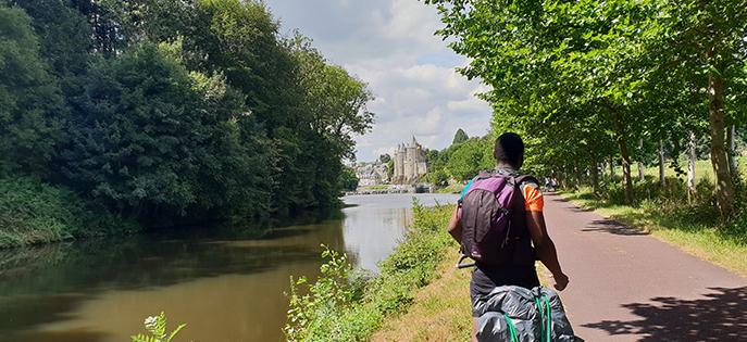 Pédalez sur les chemins de halage le long des canaux et dans des villages de charme. Profitez du cœur de la Bretagne pour voyager à vélo en famille.
